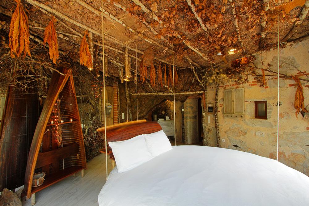 Chambre PechMerle Chambres Dhôte Gîte Atypique - Lit rond suspendu au plafond